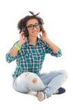Sentada afroamericana atractiva del adolescente y el escuchar Foto de archivo libre de regalías