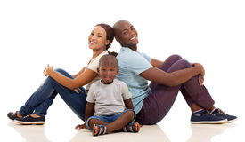 Sentada afroamericana de la familia Foto de archivo