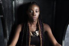 Sentada afroamericana trenzada tranquila confiada de la mujer fotos de archivo
