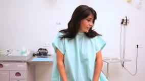 Sentada ansiosa del paciente mientras que espera a un doctor almacen de metraje de vídeo