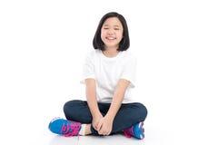Sentada asiática de la muchacha del pelo corto Foto de archivo libre de regalías