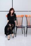 Sentada asiática hermosa de la mujer Imagenes de archivo