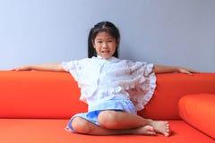 Sentada asiática joven de la muchacha fotos de archivo