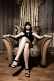 Sentada atractiva de la mujer imagenes de archivo