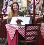 Sentada atractiva de la mujer joven Foto de archivo libre de regalías