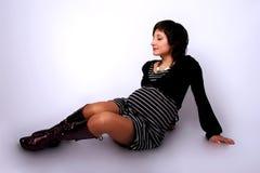 Sentada bastante embarazada en un suelo imagen de archivo