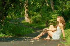 Sentada bonita de la muchacha Fotos de archivo