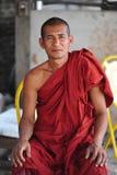 Sentada Burmese del monje y cámara de la cara Imágenes de archivo libres de regalías