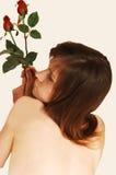 Sentada con las tetas al aire 14 de la mujer joven. Fotos de archivo