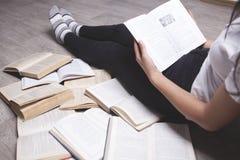 Sentada de la lectura de la muchacha fotografía de archivo libre de regalías