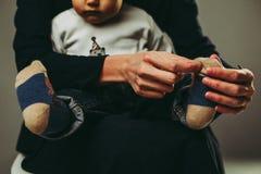 Sentada de la madre y del hijo fotografía de archivo