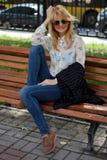 Sentada de la muchacha foto de archivo