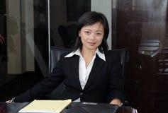 Sentada de la mujer de negocios Fotos de archivo