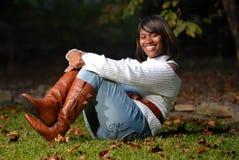 Sentada de la mujer del African-American Foto de archivo libre de regalías