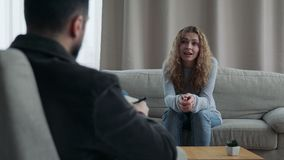 Sentada de la mujer en Sofa Talking To His Therapist almacen de video