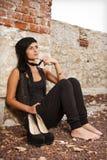 Sentada de la mujer joven Foto de archivo libre de regalías