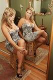 Sentada de la mujer joven. Fotos de archivo libres de regalías