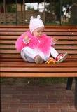 Sentada de la niña Fotografía de archivo