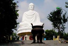 Sentada de mármol blanca grande de la estatua de Buda Fotografía de archivo libre de regalías