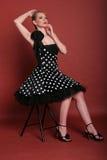 Sentada de moda atractiva de la muchacha imágenes de archivo libres de regalías