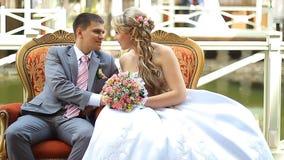 Sentada de novia y del novio almacen de metraje de vídeo
