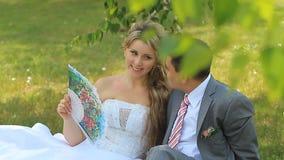 Sentada de novia y del novio almacen de video