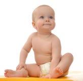 Sentada del bebé del niño y mirada sonriente feliz para arriba Imagenes de archivo