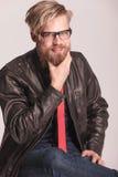 Sentada del hombre de la moda mientras que fija su barba Imagen de archivo libre de regalías