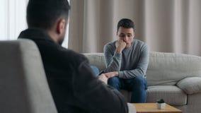 Sentada del hombre en Sofa Talking To His Therapist almacen de metraje de vídeo