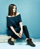 Sentada del modelo de manera Muchacha hermosa en alineada negra Fotos de archivo libres de regalías