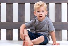 Sentada del niño de la belleza Foto de archivo libre de regalías
