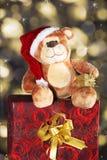 Sentada del oso de la Navidad Foto de archivo libre de regalías