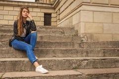 Sentada del pensador de la mujer Foto de archivo