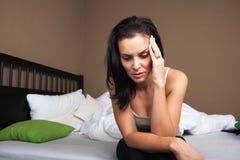 Sentada deprimida de la mujer joven Imagen de archivo