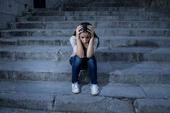 Sentada desesperada y deprimida de la mujer hispánica hermosa y triste en escalera urbana de la calle de la ciudad Fotos de archivo