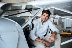 Sentada experimental del hombre en pequeño aeroplano fotografía de archivo libre de regalías