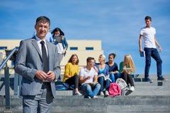 Sentada exterior de los estudiantes en pasos Imagenes de archivo