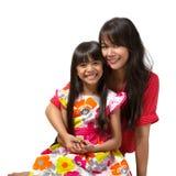 Sentada feliz de la madre y de la hija Fotografía de archivo libre de regalías