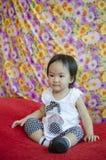 Sentada feliz de la muchacha del niño Imagenes de archivo