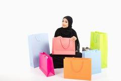Sentada femenina árabe hermosa en el piso Imágenes de archivo libres de regalías