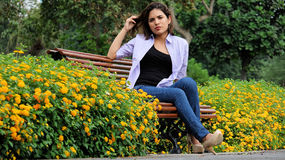 Sentada femenina adolescente ansiosa en parque Foto de archivo