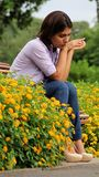 Sentada femenina preocupante en banco Imagenes de archivo