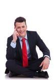 Sentada fresca del hombre de negocios de manera Fotografía de archivo libre de regalías