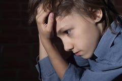 Sentada frustrada niño caucásico Fotografía de archivo libre de regalías