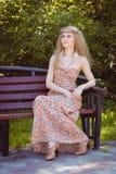 Sentada hermosa de la muchacha de Boho Imagen de archivo libre de regalías