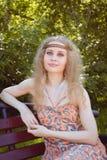 Sentada hermosa de la muchacha de Boho Fotografía de archivo libre de regalías