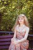 Sentada hermosa de la muchacha de Boho Fotos de archivo