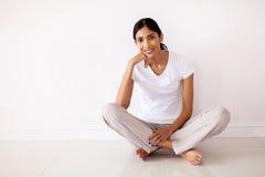 Sentada india joven de la mujer Fotografía de archivo