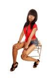 Sentada joven de la mujer negra. Imagen de archivo libre de regalías