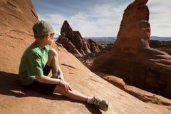 Sentada joven del muchacho Fotos de archivo